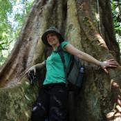 Nicole Vor Einem Riesigen Baum