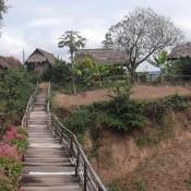 unsere Hütte auf der anderen Seite der Brücke