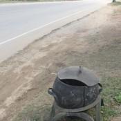 aus alten Reifen gebaute Mülltonne