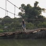 Holpriger Weg über Die Holzhängebrücke