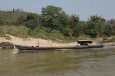 entgegenkommendes Fischerboot auf dem Mekong (Sabaidee Laos! 2 Tage Flussfahrt auf dem Mekong)