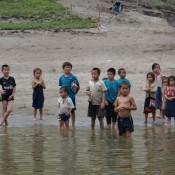 Kinder Am Ufer