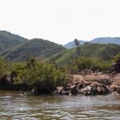 Hügelige Landschaft Entlang Des Flusses