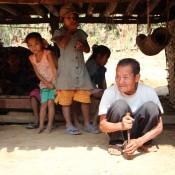 Dorbewohner – Der Mann Im Vordergrund Bereitet Ein Kautabak Gemisch Zu