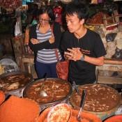 Amika Und Unser Koch Beim Curry Stand