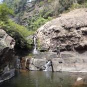 Seppel Vor Einem Kleinen Wasserfall