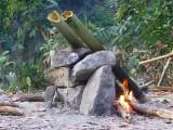 Das Abendessen Wird In Bambus Stämmen Zubereitet
