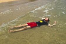 relaxen im warmen Wasser (Koh Thmei – Ein Inseltraum)