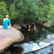 Schwimmen Unterm Wasserfall
