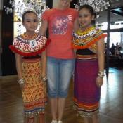Nicole Und 2 Mädchen In Typischen Trachten