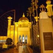 """Eingang Zur Moschee """"omar Ali Saifuddien"""" – Beginn Vom Ramadan"""