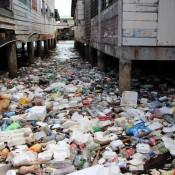 Angeschwemmter Müll Zwischen Den Häusern