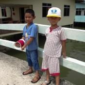 Kinder Im Kampong Ayer Beim Drachen Steigen