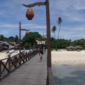 Insel Mabul – Links Vom Bootssteg Leben Die Einheimischen, Rechts Sonnen Sich Die Hotelgäste