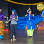 Aqila Und Seppel Auf Der Bühne Beim Traditionellen Malaysischen Tanz