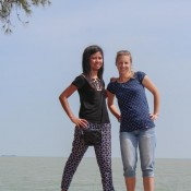 Shasha Und Nicole An Der Küste Von Melaka
