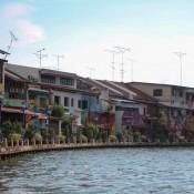 Bunt Bemalte Häuser Am Flussufer