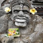 Statue Mit Opfergaben