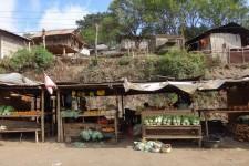 Marktstände am Straßenrand auf dem Weg nach Moni (Auf Flores – Die 3-farbigen Kelimutu-Seen)