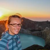 Sonnenaufgang über Dem Kelimutu – Blick Auf Den Türkis Und Den Grün Farbigen Kratersee