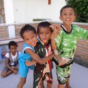 Spielende Kinder Auf Dem Grab Vorm Haus