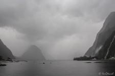 dicke Regenwolken am Milford Sound (Milford Sound)