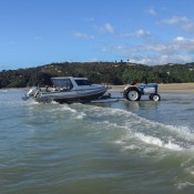 Die Boote Samt Passagieren Werden Vom Traktor Ins Wasser Gelassen