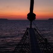 Dem Sonnenuntergang Entgegen Segeln